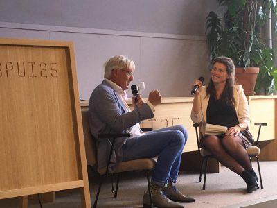 interview door dagvoorzitter lisa peters tijdens boekpresentatie